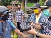 Kepala Kelurahan Purworejo, Adi Pawoko, S.STP, M.Si, saat memberikan paket sembako pada warga yang patuh memakai masker, Selasa (06/10/2020) - foto: Sujono/Koranjuri.com
