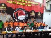 Kabid Humas Polda Metro Jaya bersama Kasat Narkoba se-wilayah DKI Jakarta  menggelar konferensi pers di Gedung Ditnarkoba Polda Metro Jaya - foto: Bob/Koranjuri.com
