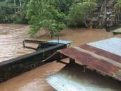 Air meluap yang menggenangi areal Pura Taman Baginda, Desa Temesi, Kecamatan/Kabupaten Gianyar, Sabtu (10/10/2020) - foto: Catur/Koranjuri.com