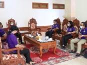 Gubernur Bali Wayan Koster menerima perwakilan Serikat Pekerja terkait dengan Undang-Undang (UU) Cipta Kerja di Rumah Jabatan Gubernur Bali, Jayasabha, Denpasar, Senin (12/10/2020) - foto: Istimewa