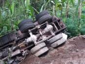 Kondisi mobil truk molen DK 8410 LJ ketika terguling di Jalan Raya Buahan Payangan, Senin (12/10/2020) - foto: Catur/Koranjuri.com