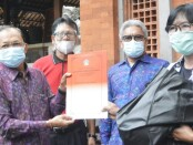 Gubernur Bali Wayan Koster bersama KONI Bali menyerahkan tali asih kepada sejumlah atlet berprestasi asal Bali di kediaman resmi Gubernur Bali Jayasabha, Senin, 19 Oktober 2020 - foto: Istimewa