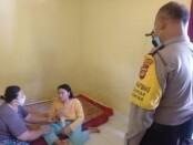 Petugas kepolisian dari Polsek Gianyar dan Satpol PP Gianyar tiba di lokasi dan mengamankan wanita yang mengamuk di Lingkungan Candibaru Gianyar, Kamis (22/10/2020) kemarin - foto: Catur/Koranjuri.com
