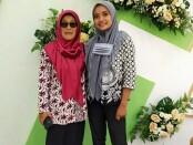 Kepala SMK N 3 Purworejo Samsiyah, SPd, bersama Lasmi Yatun, siswi peraih juara 2 LKS Tingkat Nasional ke ke XXVIII untuk mata lomba Restaurant Service - foto: Sujono/Koranjuri.com