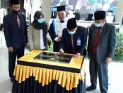 Penandatanganan prasasti oleh Prof.Dr.H.DYP. Sugiharto, M.Pd.Kons, Kepala LLDIKTI WIL VI Jawa Tengah, pada peresmian gedung baru Akper Pemkab Purworejo - foto: Sujono/Koranjuri.com