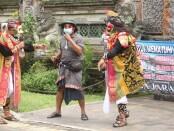 Polres Gianyar Hadirkan Bondres untuk menghimbau masyarakat untuk taat menjalankan protokol kesehatan di Catus Pata Ubud Gianyar, Rabu (28/10/2020) - foto: Catur/Koranjuri.com