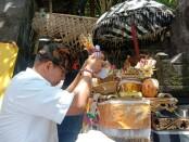 Ngurah Ambara ngayah Mendem Pedagingan di Pelinggih Dalem Ped, Kamis (29/10/2020) - foto: Istimewa