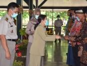 Pjs Bupati Purworejo Ir Yuni Astuti MA, saat menyerahkan sertifikat tanah hasil program PTSL kepada 8 orang perwakilan penerima, Senin (09/11/2020) - foto: Sujono/Koranjuri.com