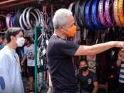Gubernur Jawa Tengah Ganjar Pranowo dan Calon Walikota Solo Gibran Rakabuming Raka blusukan ke Pasar Notoharjo, Pasarkliwon, Jumat (6/11/2020) pagi - foto: Istimewa