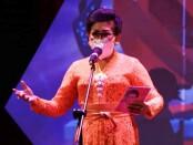 Penyair Putri Suastini Koster membawakan puisi berjudul 'Agustus' di acara puncak Festival Seni Bali Jani (FSBJ) II Tahun 2020 di Taman Budaya Bali, Denpasar, Sabtu (7/11/2020) - foto: Istimewa/Koranjuri.com
