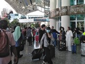 Penumpang yang turun di terminal kedatangan internasional Bandara Ngurah Rai Bali sebelum ada pembatasan orang asing masuk Indonesia - foto: Koranjuri.com