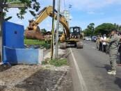 Petugas Satpol PP Purworejo saat melakukan pembongkaran bangunan liar tak berijin di depan terminal Purworejo, Selasa (03/11/2020) - foto: Sujono/Koranjuri.com
