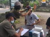 Satpol PP Kabupaten Gianyar saat mendata pelanggar tidak mengenakan masker, Kamis (5/11/2020) - foto: Catur/Koranjuri.com