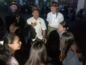 Amerta berfoto bersama dengan warga di Jalan Palapa XI, Gang Patin, Kelurahan Sesetan - foto: Istimewa