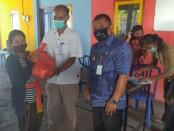 Polda Bali menyerahkan puluhan bantuan sembako kepada masyarakat kurang mampu yang berada di Desa Kubutambahan, Kecamatan Kubutambahan, Kabupaten Buleleng - foto: Istimewa