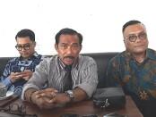 Togar Situmorang (kanan) bersama pengacara - foto: Istimewa