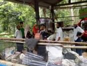 Tim penilai Kampung Cantik sedang mengamati kegiatan bank sampah di Desa Hulosobo,  Kaligesing sebagai peserta lomba - foto: Sujono/Koranjuri.com