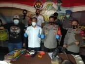 Polisi berhasil meringkus pelaku pembunuhan sadis yang tega mengubur korbannya di dalam rumah kontrakan di Gang Kopral Daman, Kecamatan Sawangan, Depok, Jawa Barat - foto: Bob/Koranjuri.com