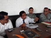 Kuasa Hukum Togar Situmorang memberikan keterangan pers - foto: Istimewa