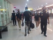 Petugas Imigrasi Denpasar mengawal proses deportasi terhadap 4 orang asing yang melakukan pelanggaran overstay di Bali - foto: Istimewa