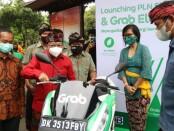 Gubernur Bali Wayan Koster meluncurkan Stasiun Penukaran Baterai Kendaraan Listrik (SPBKLU) PLN, Pembangkit Listrik Tenaga  (PLTS) Fotovoltaik dan Kendaraan Listrik Grab, di Rumah Jabatan Gubernur Bali, Jayasabha Denpasar, Kamis (26/11/2020) - foto: Istimewa