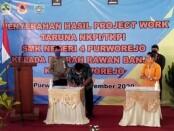 Penandatanganan berita acara serah terima bantuan kapal hasil project work taruna SMKN 4 Purworejo kepada 12 desa rawan banjir, Kamis (26/11/2020), di aula setempat - foto: Sujono/Koranjuri.com