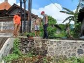 Petugas BPBD Kabupaten Gianyar saat melakukan upaya pembersihan saluran got yang tersumbat sampah di Jalan Bypass IB Mantra, Keramas, Blahbatuh, Gianyar, Minggu (29/11/2020 ) - foto: Catur/Koranjuri.com