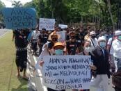 Aksi demo terkait ucapan Anggota DPD RI, Arya Wedakarna (AWK) tentang seks bebas dan juga Bethara yang disebut mahluk suci, dilakukan oleh massa dari 44 elemen yang tergabung ke dalam Forkom Taksu Bali di Denpasar, Selasa, 3 November 2020 – foto: Istimewa
