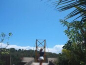 Seorang wisatawan melintasi Jembatan Kuning yang menghubungkan Nusa Lembongan dan Nusa Ceningan - foto: Koranjuri.com