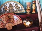 Seni kerajinan dengan rupa gaya Kamasan, Klungkung yang khas berlatar cerita tentang pewayangan - foto: Koranjuri.com