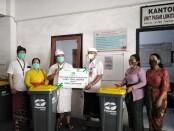Penyerahan tempat sampah dari PT Pegadaian kepada pengelola Pasar Lokitasari - foto: Koranjuri.com