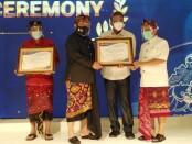 CEO PT Dirgahayu Valuta Prima Gede Ngurah Ambara Putra menerima penghargaan dari Kantor Perwakilan Bank Indonesia (KPwBI) Bali katagori KUvPA - foto: Koranjuri.com