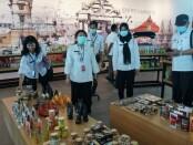 Pjs Bupati Purworejo Ir Yuni Astuti MA melakukan pengecekan both produk usaha kecil menengah (UKM) yang berada di area Pasar Kotagede dalam kompleks Bandara YIA, Kulonprogo, Rabu (03/12/2020) - foto: Sujono/Koranjuri.com