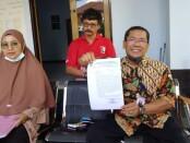 Wahyu Purwaningsih didampingi kuasa hukumnya, Tjahjono, SH - foto: Sujono/Koranjuri.com