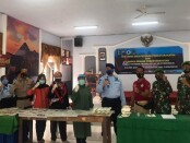Petugas gabungan dari Rutan Purworejo, Polres Purworejo dan Kodim 0708, saat menggelar hasil razia, Jum'at (04/12/2020) - foto: Sujono/Koranjuri.com