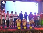 Ketua PSSI dan Menpora (tengah) berpose dengan para pengurus PSSI dan Asprov PSSI serta wakil peserta Juggling di Pecatu, Kabupaten Badung, Bali, Sabtu, 5 Desember 2020 - foto: Koranjuri.com