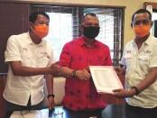 Penyerahan daftar anggota SMSI Provinsi Bali kepada Sekretaris DPRD Provinsi Bali - foto: Koranjuri.com