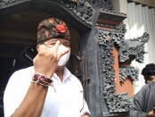 Calon Walikota Denpasar nomer urut 2 Gede Ngurah Ambara Putra usai memberikan hak pilih di TPS 11 Banjar Kerta Bumi, Jalan Kenyeri, Denpasar - foto: Istimewa