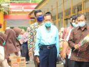 Pemberian setangkai bunga kepada guru, sebagai bentuk cinta kasih siswa kepada guru pada peringatan Hari Guru di SMK Kesehatan Purworejo, Jum'at (11/12/2020) - foto: Sujono/Koranjuri.com