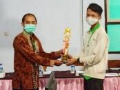Muhammad Nafidz Maulana Ilham, siswa SMK Muhammadiyah Purworejo, saat menerima piala juara satu untuk mata lomba IT Network System Administration dalam LKS SMK tingkat Kabupaten Purworejo tahun 2020 - foto: Sujono/Koranjuri.com