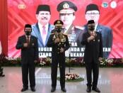Kapolri Jenderal Idham Azis memberikan Tanda Kehormatan Bintang Bhayangkara Utama - foto: Bob/Koranjuri.com