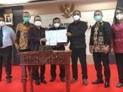 Pihak Bank Indonesia yang diwakili Kepala Perwakilan wilayah Bank Indonesia (KPwBI) Trisno Nugroho dan Kepala SMK Dwijendra, usai melakukan penandatanganan MoU program beasiswa Bank Indonesia - foto: Koranjuri.com