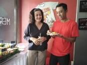 Pemotongan tumpeng sebagai ucapan syukur atas dirilisnya single berbahaya daerah milik penyanyi Choky Vandra Lubis di Star Coffee, Kerobokan, Badung, Bali - foto: Koranjuri.com