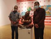 Kepala Dinas Pariwisata Putu Astawa (kanan) ketika berada di Santrian Art Gallery Sanur - foto: Koranjuri.com