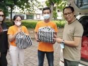 Pendiri 'Aku for Bali' Isyanita Tungga Dewi (kiri) bersama Wakil Bupati Kabupaten Badung I Ketut Suiasa (kanan) melepas kegiatan pembagian 2.220 nasi bungkus, Kamis, 31 Desember 2020 - foto: Koranjuri.com