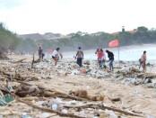 Tumpukan sampah kiriman yang berserakan di Pantai Kuta, Jumat, 1 Januari 2021 - foto: Istimewa