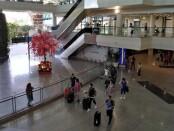 Ilustrasi wisatawan datang ke Bali melalui Bandara Ngurah Rai - foto: Koranjuri.com