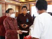 Gubernur Bali Wayan Koster berbincang bersama penerima anggaran Bantuan Tunai tahun 2021 usai mengikuti arahan presiden Joko Widodo secara virtual di rumah jabatan Jaya Sabha, Senin, 4 Januari 2021 - foto: Istimewa