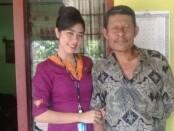 Mia Tresetyani Wadu (23), pramugari penerbangan Sriwijaya Air SJ-182 bersama sangat ayah Zet Wadu - foto: Istimewa