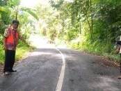 Edi Margono, ST, Kasi Jalan dan Jembatan BPJ Wilayah Magelang 2, saat melakukan survey kondisi kerusakan jalan - foto: Sujono/Koranjuri.com